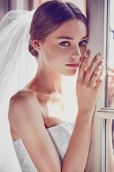 Shoulder-Free wedding dress in lace with beautiful veil of Giuseppe Papini