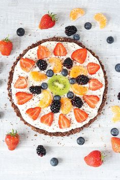 Healthy No Bake Chocolate Fruit Pizza Recipe - Super Healthy Kids Healthy Recipes, Healthy Fruits, Healthy Baking, Pizza Recipes, Healthy Desserts, Real Food Recipes, Dessert Recipes, Healthy Pizza, Jelly Recipes