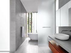 Entre los materiales empleados para los baños, este es el principal, ubicado en el segundo piso, están la madera teca para el mueble y un mármol gris traído de Ucrania para paredes y piso.