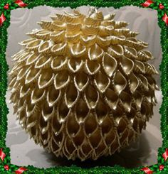 Bombka muszelkowa - Srebrna Agrafka na Stylowi. Christmas Crafts To Make, Gold Christmas Decorations, Christmas Ornament Crafts, Homemade Christmas, Christmas Art, Christmas Projects, Macaroni Art, Pasta Crafts, Pasta Art