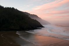 Best Viewpoints on the Central Oregon Coast This is Sunset near Heceta Head lighthouse near Florence Oregon Coast Hikes, Oregon Beaches, Pacific Crest Trail, Pacific Coast, Pacific Northwest, Florence Oregon, Visit Oregon, Water Shoot, Oregon Living