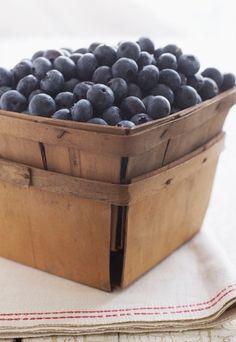 Wino z aronii - przepis sprawdzony i właściwości - Wino z aronii ma nie tylko pyszny smak, ale też mnóstwo zdrowotnych właściwości. Aronia bowiem to owoc, który potrafi zdziałać cuda w naszym organizmie. Do jej właściwości należy m...