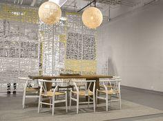 Paneles suspendidos crean divisiones en un espacio abierto, diseño de estudio Razortoothdesign