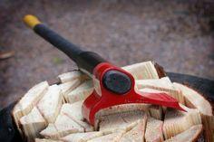"""Batizado de """"Vipukirves"""", o machado de Heikki Kärnä, em vez de simplesmente vir com uma lâmina simétrica como os de antigamente, vem um uma lâmina que conta com mais massa em um dos lados. Ao acertar a madeira o novo machado exerce uma força lateral que provoca a abertura para os lados, como se fosse uma alavanca!"""