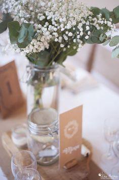Décoration de mariage champêtre et bohème pour une salle de réception en Normandie. Pots à confiture, dentelle, toile de jute, fleurs, bougies, gypsophiles et eucalyptus. Grange de Rouville, Hébécourt, dans l'Eure (27)