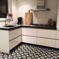 Portugese tegels keuken sirius black reverse Kitchen Tiles, Kitchen Dining, Kitchen Cabinets, Sirius Black, Kitchen Interior, Home Kitchens, Tile Floor, Flooring, Home Decor