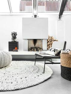 Rincón del salón con chimenea y alfombra