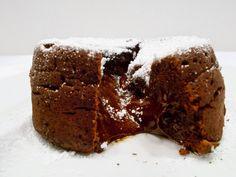 Wyobraź sobie czekoladowy wulkan, z którego wypływa kakaowa lawa...  Teraz pomyśl, że rozcinasz ciastko i nabierasz łyżeczką jeden kęs płynnej, a zarazem kruchej czekolady...  Teraz pomyśl, że to tylko wizualizacja. ;) Aż nam ślinka cieknie. :D  Pewnie myślisz, że na to pyszne ciastko z wypływającą czekoladą potrzeba wiele czasu na przygotowanie?  Nic bardziej mylnego! Jedyne co może stworzyć problemy to pamiętanie o czasie pieczenia oraz wyjęcie z kokilek. ;)
