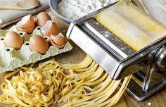 East Urban Home Leinwandbild Nudelmaschine Pasta Italia Joy Of Cooking, Italian Cooking, Cooking Tips, Beurre Vegan, Pasta Casera, Pasta Machine, Fresh Pasta, Homemade Pasta, Slow Food