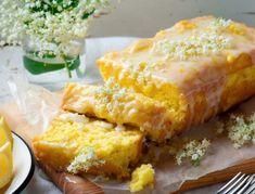 Für Holunderblüten-Zitronen-Kuchen zunächst die Holunderblüten verlesen und vorsichtig abwaschen: Dabei die Dolden am Strunk fassen und einmal