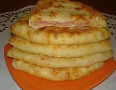 Cheese cake with kefir - a very tasty dish that is prepared at the same time is incredibly fast. Bulgarian Recipes, Russian Recipes, Turkish Recipes, Cheese Scones, Cheese Pancakes, Savory Pastry, Good Food, Yummy Food, Romanian Food