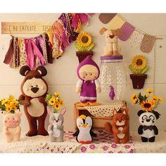 Decoração simples e cheia de afeto da Masha, o Urso e sua turminha, para uma comemoração cheia de amor.  Caixote com baguncinhas que decoram a mesa do parabéns e depois o quartinho   Esta a pronta entrega. Querendo um projeto novo, único e dif | por Girassóis Mágicos Festa Party, Diy Party, Masha And The Bear, Bear Party, Bear Birthday, Lets Celebrate, Felt Animals, Creations, Arts And Crafts