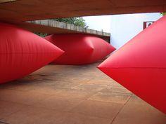 giant inflated pillows by geraldo zamproni. http://decdesignecasa.blogspot.it