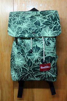 Mochilas de telas hechas a mano con serigrafía por la marca #veintiseis  #handmade #serigrafía #hechoamano #backpack #scl #diseño #26