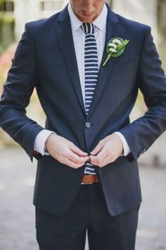 Noivo de azul marinho e gravata às riscas #casarcomgosto