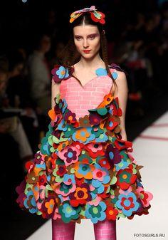 Agatha Ruiz De La Prada: Milan Fashion Week Womenswear A/W 2009 - Runway - Pictures - Zimbio Quirky Fashion, Colorful Fashion, High Fashion, Fashion Show, Fashion Design, Haute Couture Style, Prada, Recycled Dress, Paper Fashion
