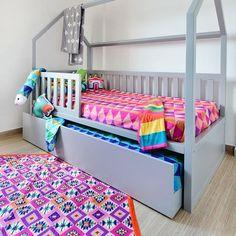 #Repost da @mamaeachei com tapetinho KILIM ROSA e roupa de cama da Mooui! O contraste da cama casinha cinza da @ueh_design com a roupa de cama e almofadas da @amomooui foi um casamento perfeito, deixou o ambiente alegre e charmoso. #nósamamos Foto: Sidney Doll para www.mamaeachei.com.br Produção: Fernanda Emmerick @mixconteudo e @revistamamaeachei #ideias #cores #decor #quartodecriança #quartoalegre