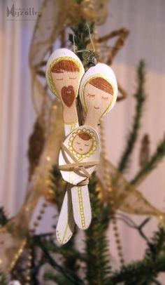 mini-scène de la nativité - ornement de sapin à faire soi-même avec des petites cuillères en bois.