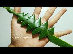 Small Flower Arrangements, Ikebana Flower Arrangement, Flax Weaving, Weaving Art, Straw Decorations, Flower Decorations, Palm Frond Art, Flax Flowers, Coconut Leaves