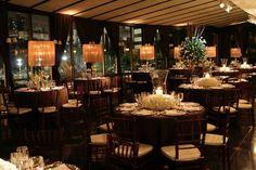 Decoração para o casamento. Lindo o contraste entre a mesa marrom e as flores brancas