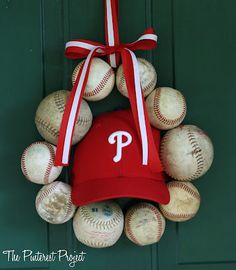 Now I know what to do for my son with one of his old baseball caps. Show your team pride with an easy DIY baseball wreath for your front door, or a little one's nursery! Dyi, Easy Diy, Clever Diy, Baseball Party Games, Baseball Birthday, 5th Birthday, Softball Party, Softball Gifts, Birthday Ideas