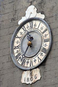 The Church of Saints Jacopo and Antonio , Fivizzano, Tuscany, Italy Big Clocks, Unique Clocks, Cool Clocks, Vintage Clocks, Carrara, Father Time, Somewhere In Time, Time Stood Still, Time Clock