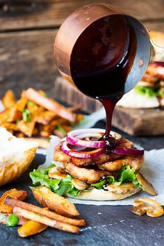 These Halloumi Burgers with Sticky Chilli Sauce are simply delicious, possibly the best vegetarian burger? Vegetarian or meat-eater, this halloumi burger will totally satisfy all tastes. Unlike other cheeses, halloumi doesn't melt. Veg Recipes, Vegetarian Recipes, Cooking Recipes, Healthy Recipes, Burger Recipes, Delicious Recipes, Halloumi Burger, Fresco, Good Food