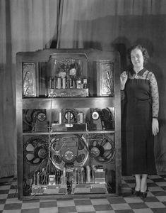 Radios, Vintage Records, Vintage Music, Vintage Tv, Lps, Vintage Appliances, Old Time Radio, Transistor Radio, Magic Eyes