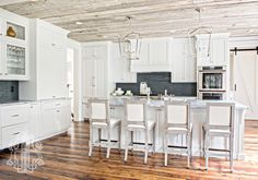 White Cottage Kitchen with Black Stacked Backsplash and Super White Quartzite Countertops Reclaimed Wood Floors, Reclaimed Wood Kitchen, Dark Grey Kitchen, White Kitchen Island, White Cottage Kitchens, Black Kitchens, White Quartzite Countertops, White Shaker Cabinets, Kitchen Designs Photos