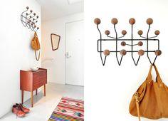 Eames kapstok, prachtig Deens ladenkastje, a symmetrische Deense spiegel en mooi tapijt