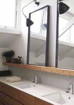 Smalle legplank boven de wastafel om spulletjes  en spigels op te zetten