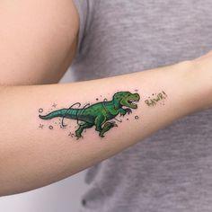 Tatuagem de dinossauro verde correndo atrás de uma palavra criada por Rob Carvalho de São Paulo.