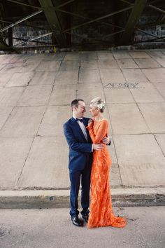 Carla Zampatti orange lace wedding dress | A white wedding dress isn't for you? Come see our favorite picks for colourful wedding dresses that will make you feel like a queen! www.scenarioideal.com #wedding #weddingdress #weddinggown #nonwhitewedding #montrealwedding #quebecwedding