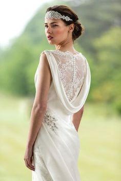 Tul, bordados y un ligero drapeado en un escote de True Bride