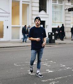Skatewear. Macho Moda - Blog de Moda Masculina: SkateWear: 5 Itens que estão em alta pro Visual Masculino. Moda Masculina, Roupa de Homem, Roupa de Skate Masculina, Roupa de Skate para Homens, Moda para Homens, Calça Jeans Barra Dobrada, Meia Branca, Vans Old Skool