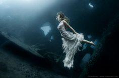 Un Photoshoot surrealista en un naufragio subacuático en Bali