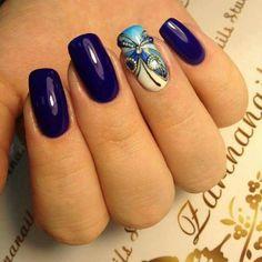 Nail art papillon bleu et manucure bleu foncé