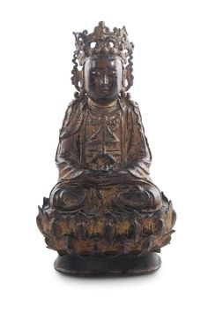 Buddha China 17. Jahrhundert    Crowned Buddha in lotus position with blossom. China, 17th century (change of Ming/Qing Dynasty). Metall with residues of former gilding. Height c. 30.5 cm.  Bekrönter Buddha im Lotossitz mit Blüte in der Hand sitzend. 17. Jahrhundert. (Wechsel Ming/Qing Dynastie). Metall mit Resten der Vergoldung. Höhe ca. 30,5 cm.