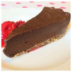 Tror du mig om jag säger att detta är en riktigt hälsosam chokladtårta? Om jag dessutom påstår att det är en av de godaste chokladdesserterna jag har ätit? :) Len och mjuk i konsistensen så smälter...