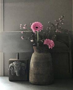 Nepalese vaas, lampenvoet met kop ram Grey Walls, Ram, Diana, Interior, Flowers, Sober, Holland, Design, Home Decor