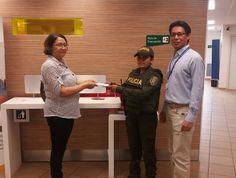Patrullera de la Policía devuelve 600 mil pesos que usuaria dejó olvidados en una entidad bancaria