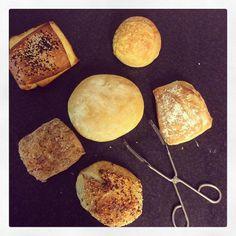 Frallyra i vintervädret.  Tekaka, ostfralla med smakrik lagrad ost, råg/solros på surdeg, sesamfralla på surdeg, smörfralla och långjäst vetefralla.  PS. Jag har redan tryckt i mig två, vilken ska du ha? Ses kl 08-13 idag och extraöppet i morgon på julskyltning kl 14-18
