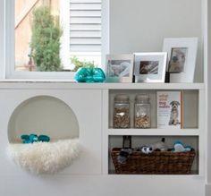 PET NUMA ESTANTE   qualquer cantinho de uma estante pode virar rapidinho uma cama para seu pet; basta um cobertor felpudo e pronto! #petbed #diy #petdecor #Tecnisa Foto: OnlineMagazine