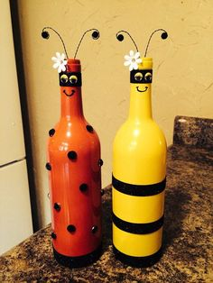 35 DIY Wine Bottles Child's play! Teach your kids some creativity by turning old bottles into ladybugs and bees, by painting them and then gluing fabric and wire pieces on the right spots. Wine Bottle Glasses, Empty Wine Bottles, Recycled Wine Bottles, Wine Bottle Corks, Glass Bottle Crafts, Painted Wine Bottles, Diy Bottle, Decorated Bottles, Diy Glasses