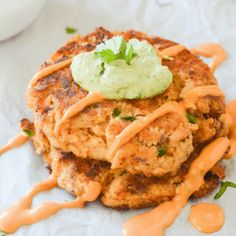 These easy keto salmon cakes are a fun and flavorful low carb meal without any hassle. Great for quick lunches and easy meal prep! | heyketomama.com