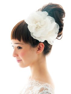 Lovely big flowers make me happy! Headpiece Wedding, Wedding Updo, Bridal Headpieces, Vintage Hairstyles, Pretty Hairstyles, Wedding Kimono, Long Hair Wedding Styles, Vintage Wedding Hair, Wedding Hair Inspiration