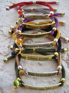 Pulseras con mensaje engarzadas con cuentas  de cristal y cordón de ante.  // Bracelets with beads strung message crystal and suede cord .