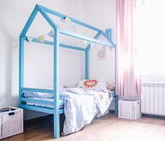 Детская кроватка Домик.  Кровать изготовлена из Бруса сосны 5x5cm и окрашена стойкой к износу и безопасной краской.  Размер Длина 170см Высота 175см Ширина 80см Реечное дно для матраса 160x70x10см Окрас в любой цвет по вашему желанию.  Также возможно изготовить кровать под размер вашего матраса.  Домик создает прекрасное состояние уюта и замечательно подчеркивает интерьер детской комнаты он эргономичен в использовании и дает большие возможности для детской фантазии.  Домик как и полагается…