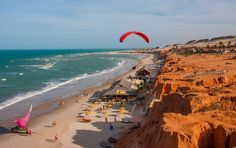 Canoa Quebrada, praia do município de Aracati, se caracteriza por dunas e falésias avermelhadas. A tranquilidade impera no local, que serviu de ponto de encontro de cineastas franceses na década de 1960.