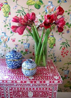 Chinoiserie Chic: Amaryllis, blue and white porcelain,chinoiserie chest and wallpaper! Color at its BEST! Flowers Wallpaper, Of Wallpaper, Chinese Wallpaper, Wallpaper Furniture, Spring Wallpaper, Chinoiserie Wallpaper, Beautiful Wallpaper, Estilo Kitsch, Decoration Bedroom